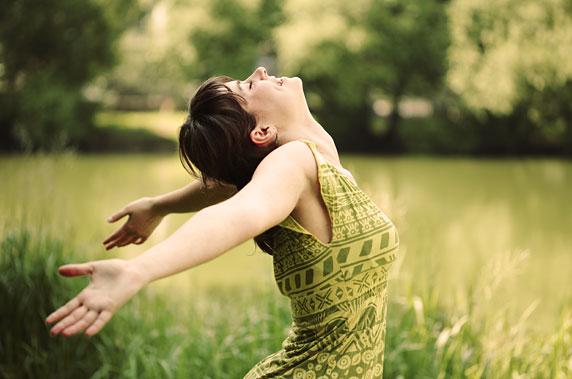 Foto di una donna felice, con alta autostima