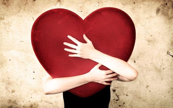 Una donna che abbraccia un grande cuore